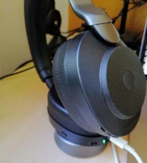 Jabra Evolve2 85 kann mittels USB-C-Kabel des Macbook geladen werden