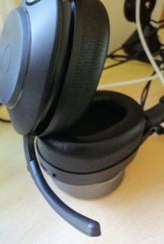 Mikrofon ausklappen, und schon kann man mit dem Jabra Evolve2 85 telefonieren, videochatten und Audio aufnehmen
